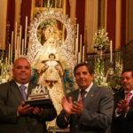 Jaime Otero recibe el llamador del paso de la Patrona