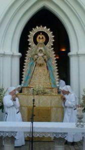 Las Siervas del Hogar de la Madre portan a la Virgen del Águila
