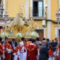 Traslado, besamanos y subida al altar de la Virgen del Dulce Nombre